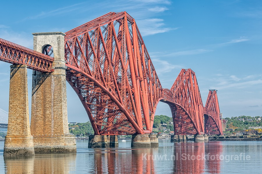 Forth Bridge over de Firth of Forth bij Edinburgh in Schotland